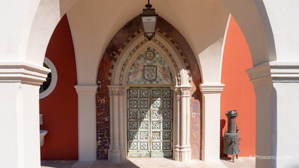 Château de Cremat z charakterystycznym CC nad wejściem