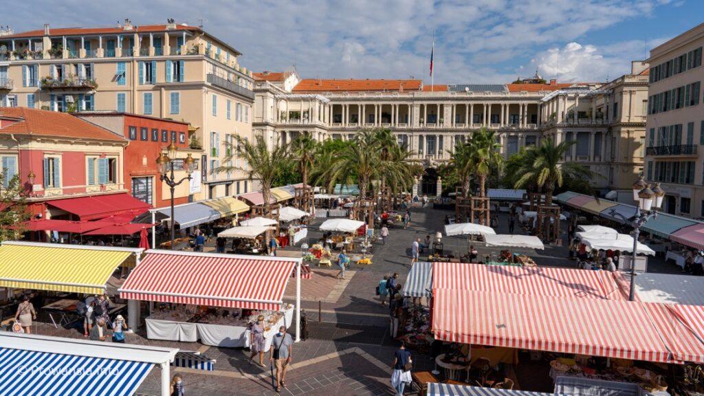 Targ prowansalski Cours Saleya, w tle Pałac Książąt Sabaudii