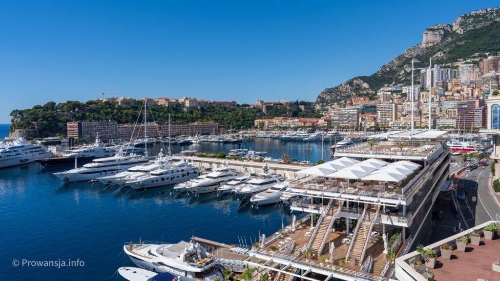 Port w Monako, widok z tarasów na dachu hotelu Fairmont