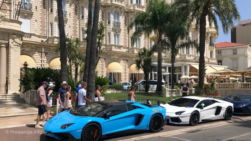 Luksusowe samochody przed hotelem Carlton