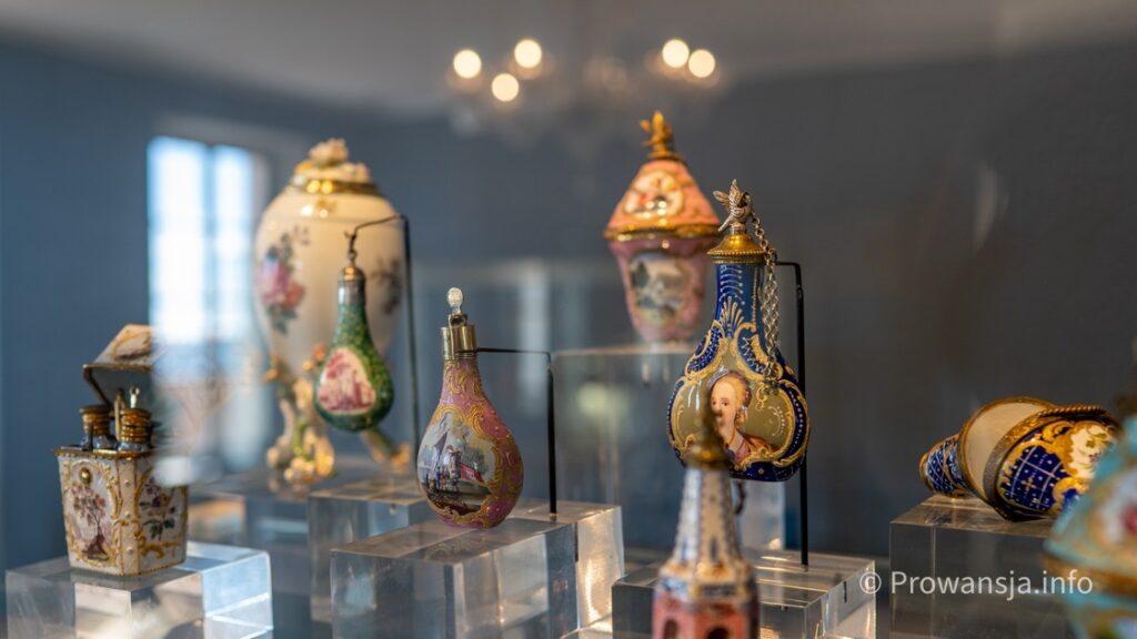 Zabytkowe flakoniki do perfum w muzeum perfumerii Fragonard