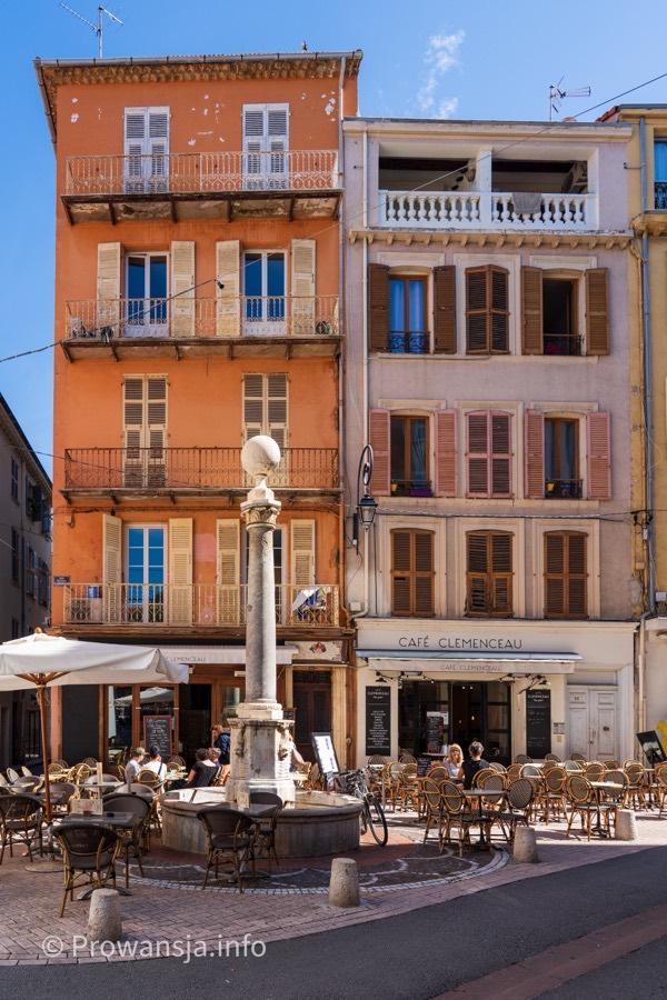 Antyczna kolumna w centrum miasteczka