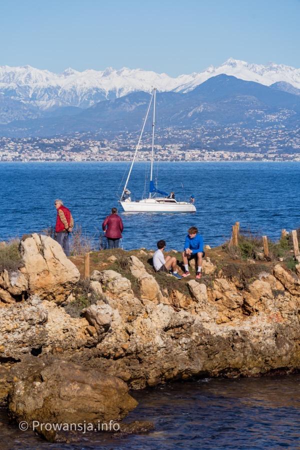 Widok na ośnieżone Alpy Nadmorskie i Niceę
