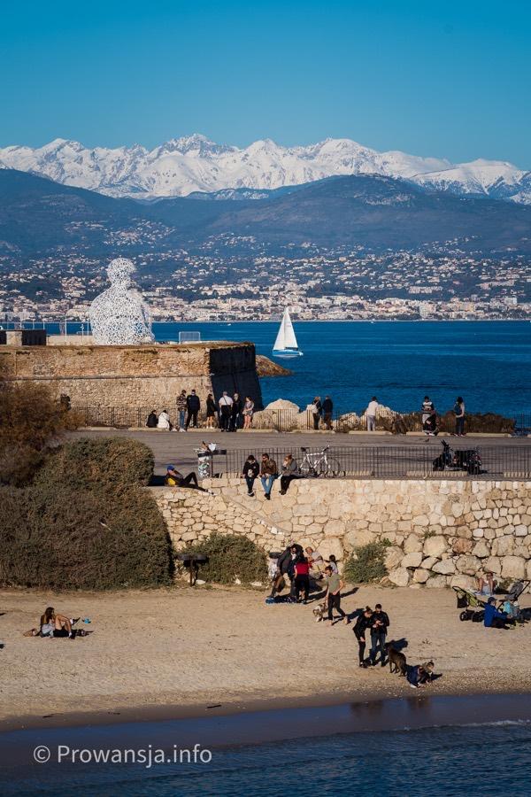 Widok na ośnieżone Alpy Nadmorskie i Niceę z murów miejskich w Antibes