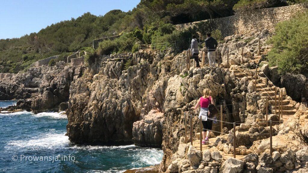 Nadmorska ścieżka wędrowna brzegiem Cap d'Antibes